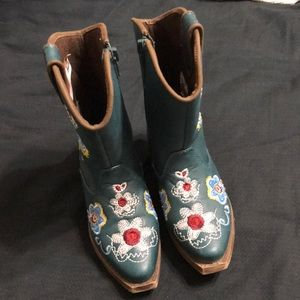 Very lightly used cowgirl boots Blazin Roxx sz 8